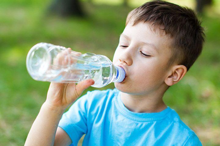 Trẻ em uống nước khoáng có tốt không?