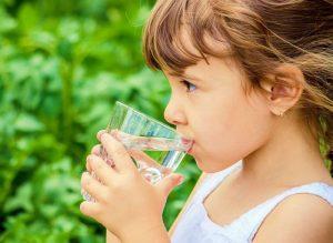 Độ tuổi thích hợp để bắt đầu cho trẻ uống uống nước khoáng